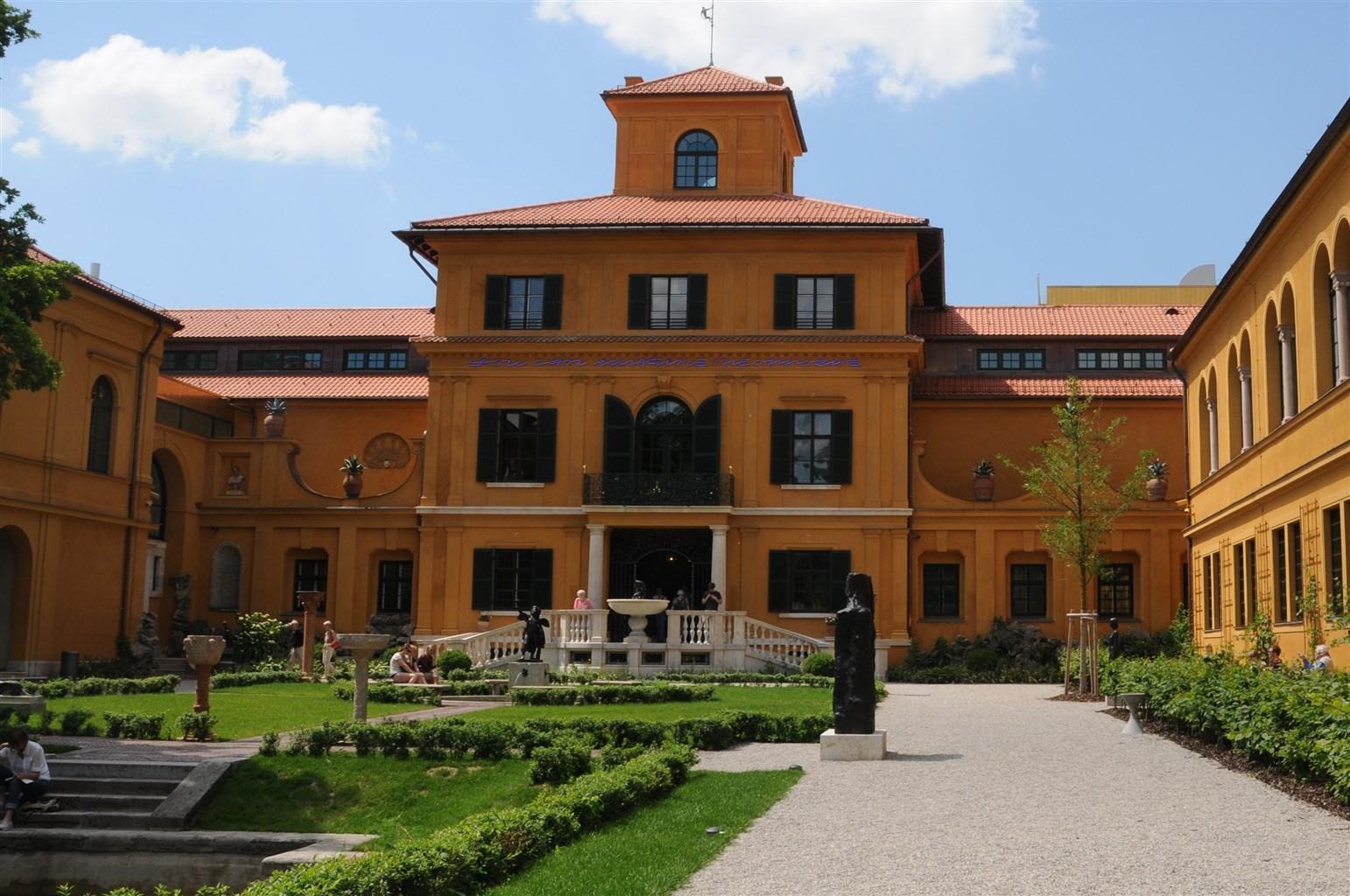 orangenes Herrenhaus mit Garten und Gehweg von vorne