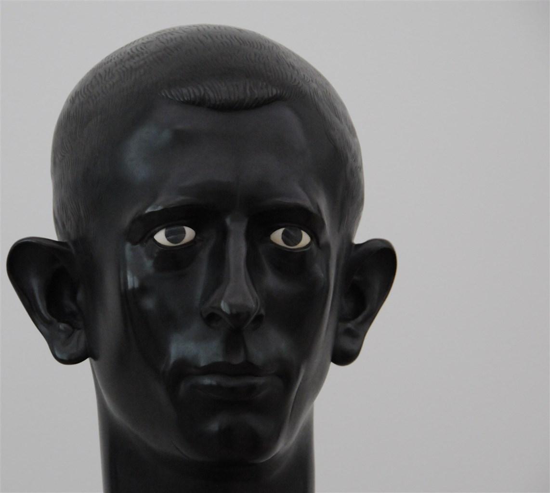 Skulptur eines schwarzen Männerkopfs