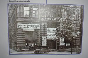 Abfotografierte Zeitschrift mit einem historischen Bild einer Hausfassade