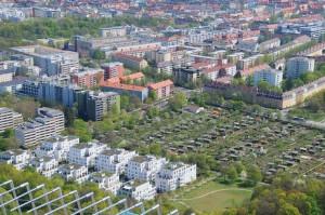 Vogelperspektive einer Stadt und Grünflächen