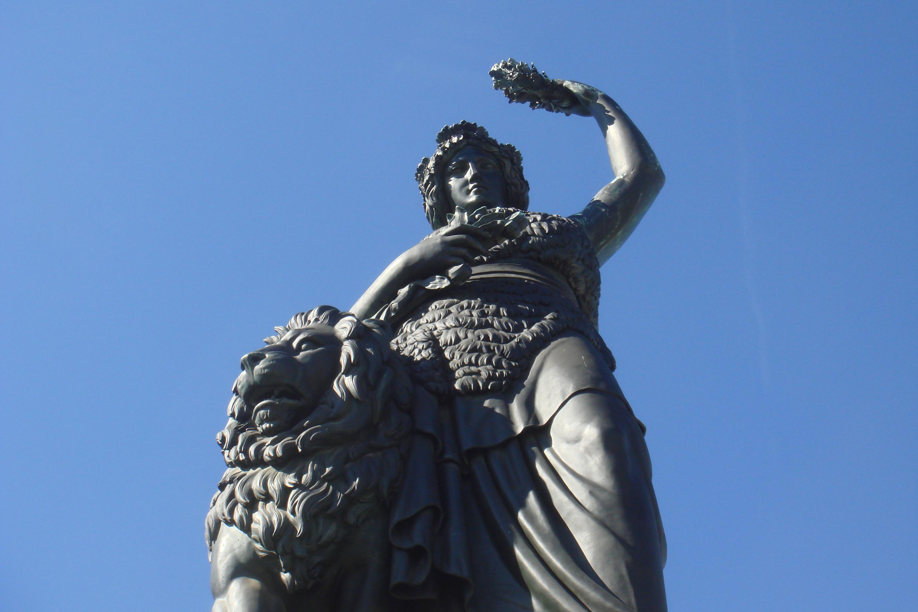 Bavaria Statue von unten unter blauem Himmel