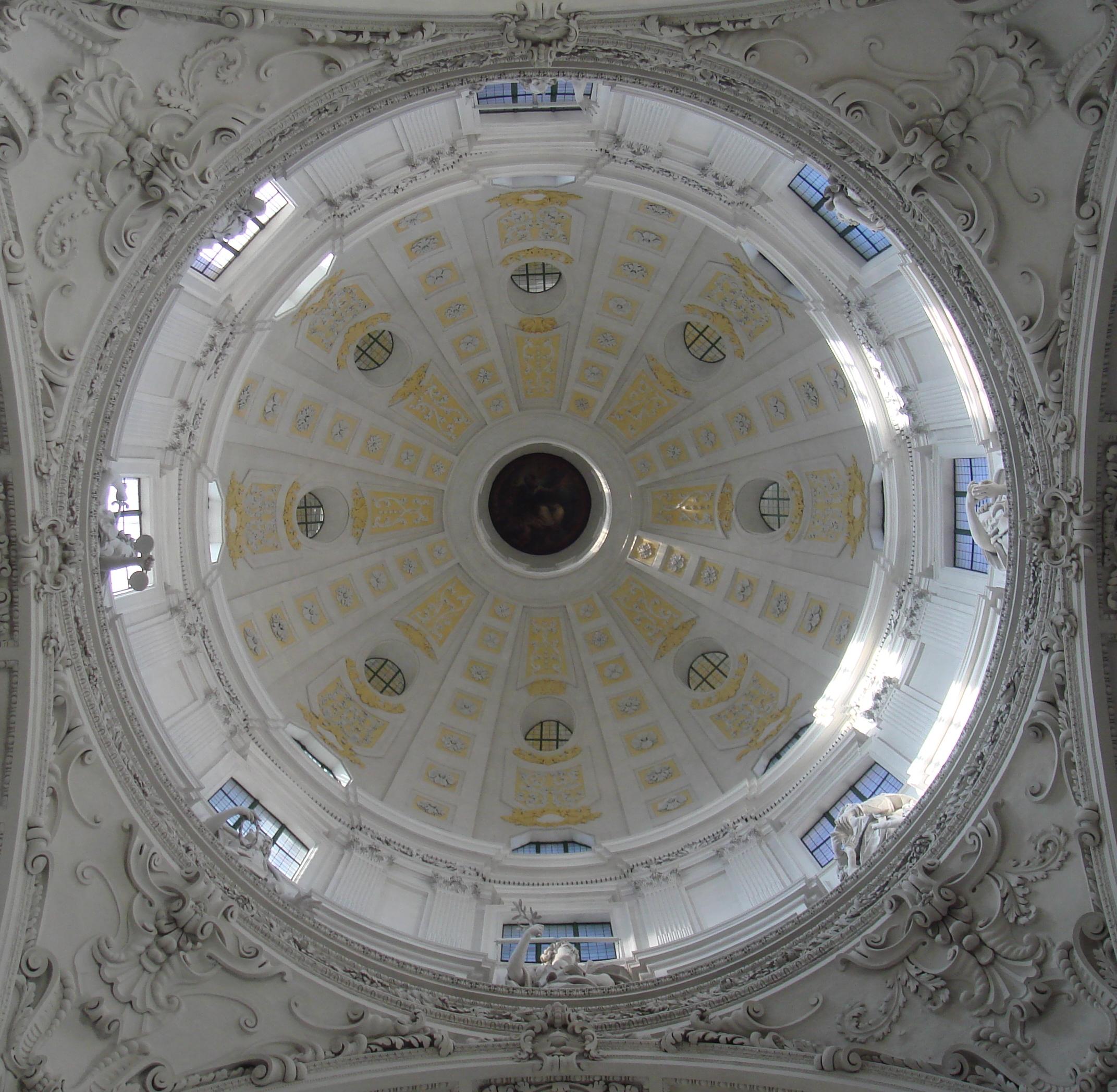 Kirchenkuppel von unten in weiß und gold