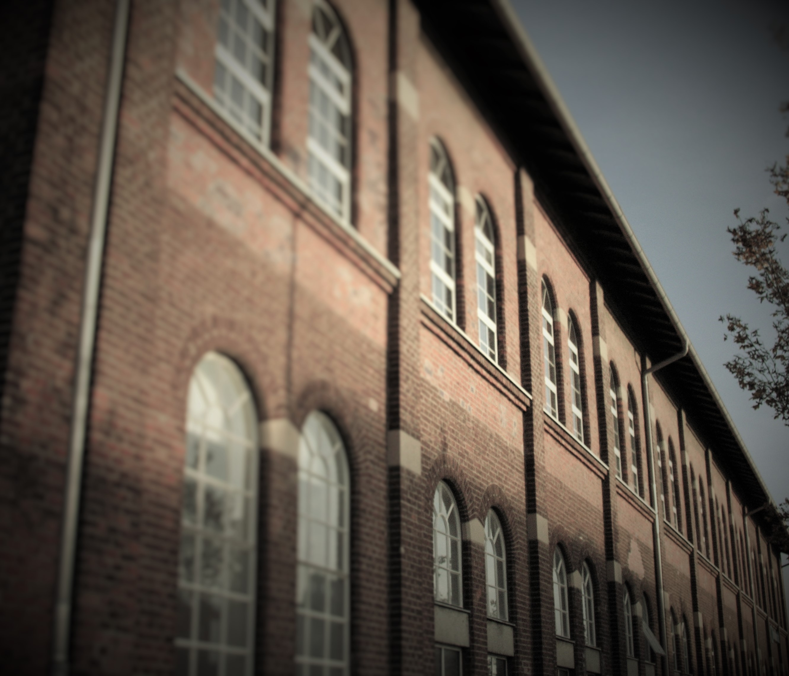 Backsteinhaus Fassade mit Bogenfenstern - Sepia